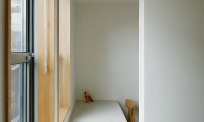 子供部屋|周囲に閉じて内部に開く傾斜地の家