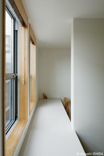 子供部屋 (周囲に閉じて内部に開く傾斜地の家)