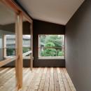 周囲に閉じて内部に開く傾斜地の家の写真 テラス