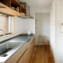 周囲に閉じて内部に開く傾斜地の家の写真 キッチン