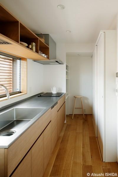 周囲に閉じて内部に開く傾斜地の家 (キッチン)