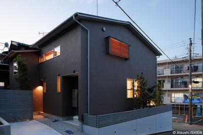 南東外観(夕景) (周囲に閉じて内部に開く傾斜地の家)