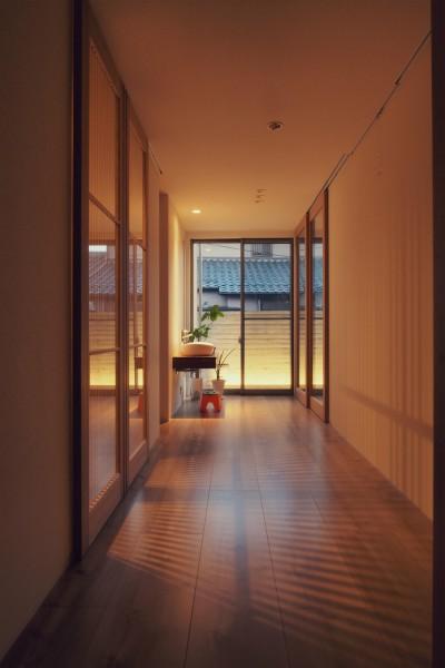 スリースペース / 玄関ホール / 緩衝空間 (大津の住宅)