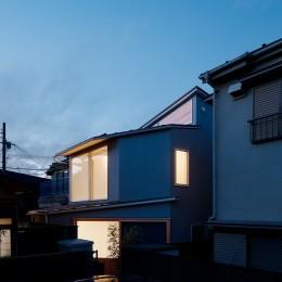 光を奥まで導き視線が抜ける旗竿敷地の家