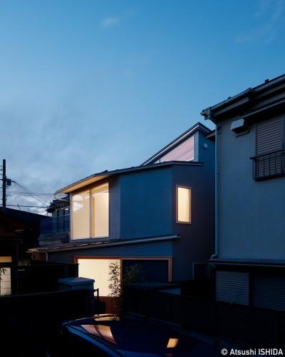 外観 (光を奥まで導き視線が抜ける旗竿敷地の家)