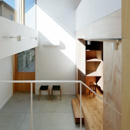 光を奥まで導き視線が抜ける旗竿敷地の家 (玄関ホール)