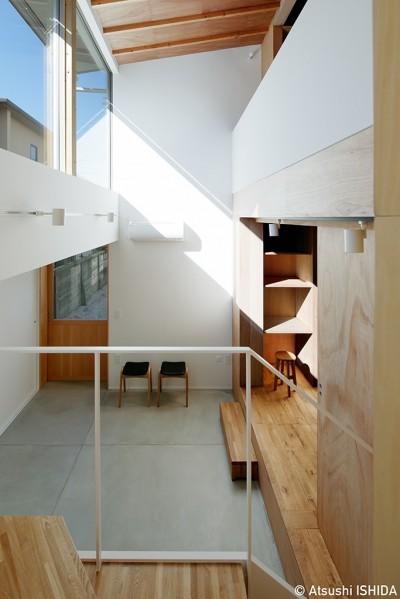 玄関ホール (光を奥まで導き視線が抜ける旗竿敷地の家)