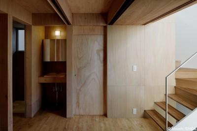 洗面スペース (光を奥まで導き視線が抜ける旗竿敷地の家)