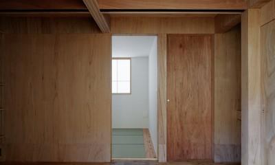 光を奥まで導き視線が抜ける旗竿敷地の家 (寝室)