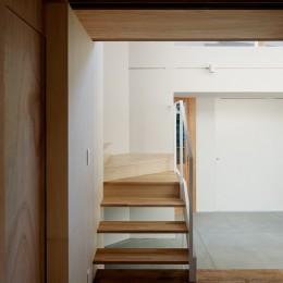 光を奥まで導き視線が抜ける旗竿敷地の家 (階段)