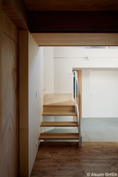 階段 (光を奥まで導き視線が抜ける旗竿敷地の家)