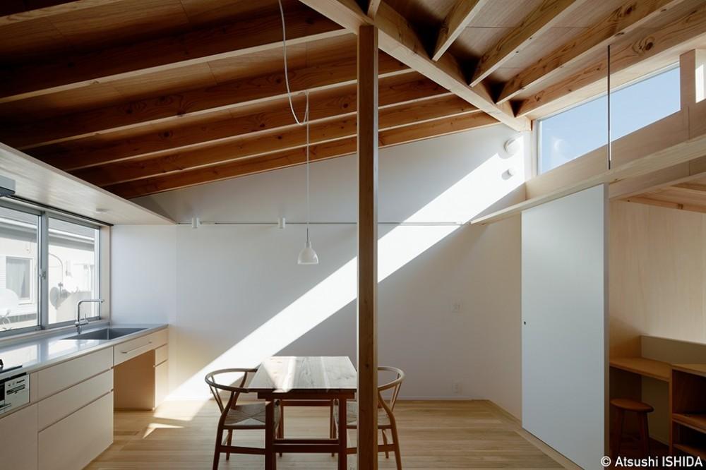 光を奥まで導き視線が抜ける旗竿敷地の家 (ダイニングキッチン)