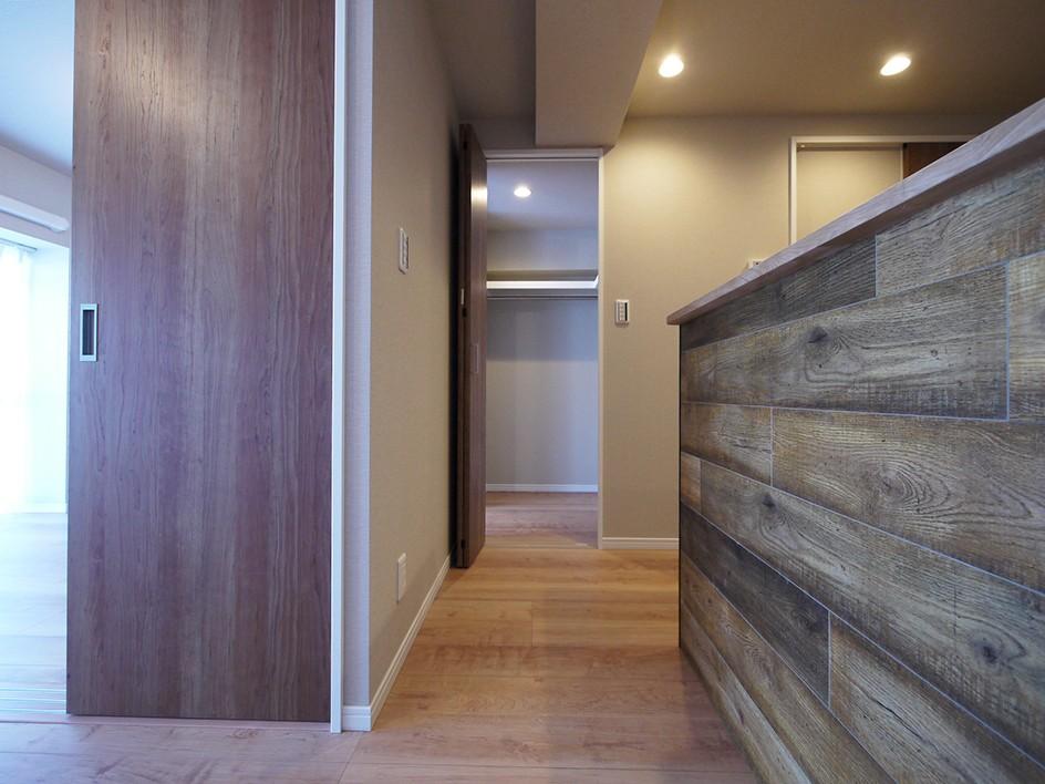 リビングと洋室を繋ぐウォースルー収納 (WTC)