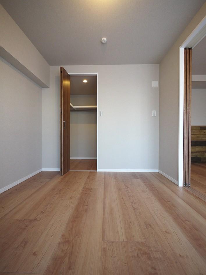 リビングと洋室を繋ぐウォースルー収納 (洋室)