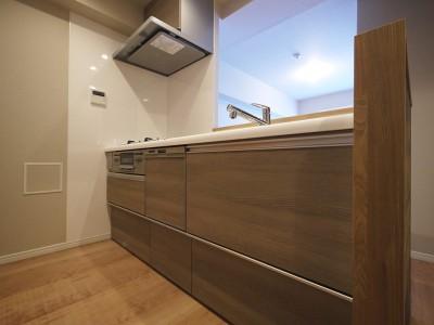 キッチン (リビングと洋室を繋ぐウォースルー収納)