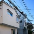 都心の住宅密集地にたつ二世帯住宅の写真 外観