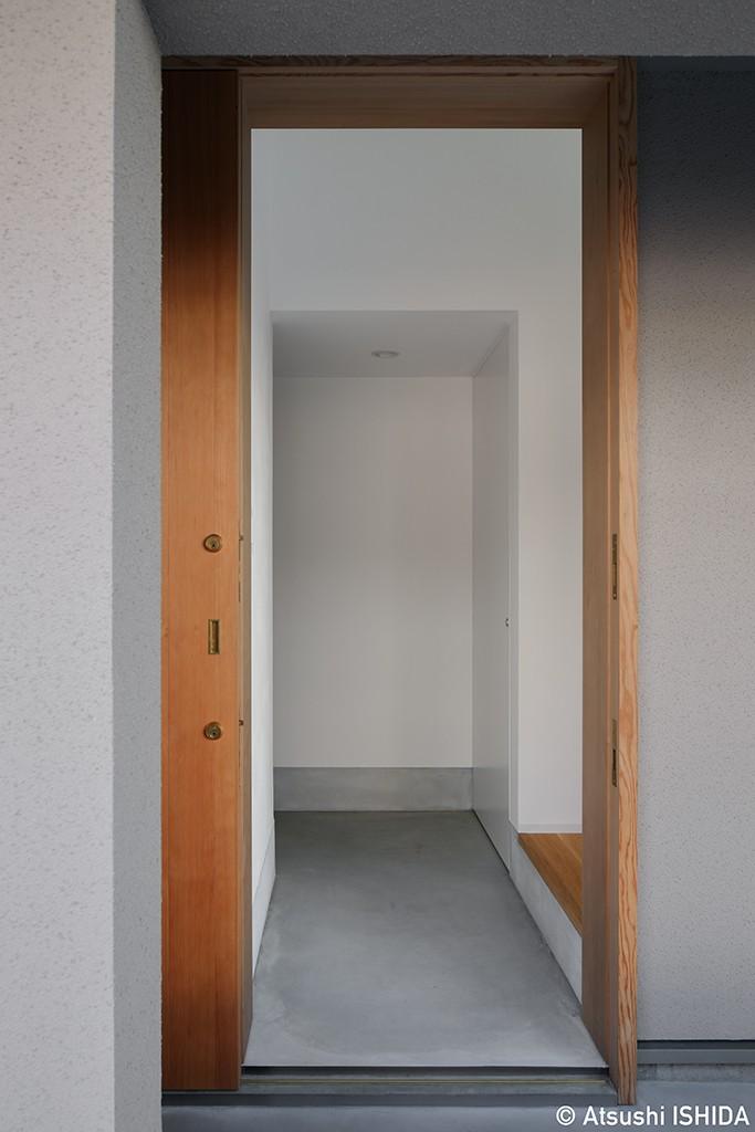 都心の住宅密集地にたつ二世帯住宅 (玄関)