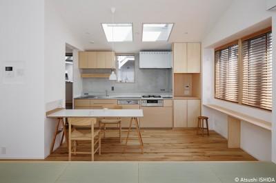 ダイニングキッチン (都心の住宅密集地にたつ二世帯住宅)
