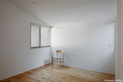 寝室 (都心の住宅密集地にたつ二世帯住宅)