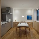 都心の住宅密集地にたつ二世帯住宅の写真 ダイニングキッチン(親世帯)
