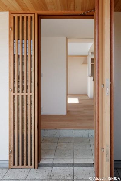 玄関 (6つのテラスとつながる開放的な家)