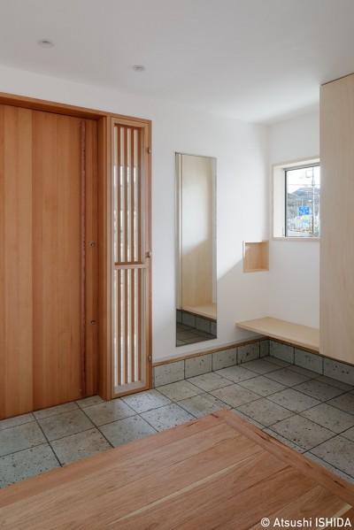 玄関ホール (6つのテラスとつながる開放的な家)