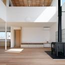 6つのテラスとつながる開放的な家の写真 リビング
