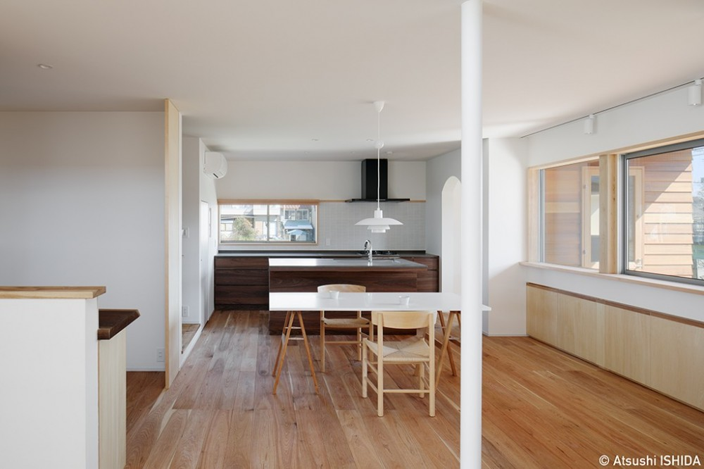 6つのテラスとつながる開放的な家 (ダイニングキッチン)