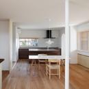 6つのテラスとつながる開放的な家の写真 ダイニングキッチン