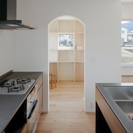 6つのテラスとつながる開放的な家 (キッチン)