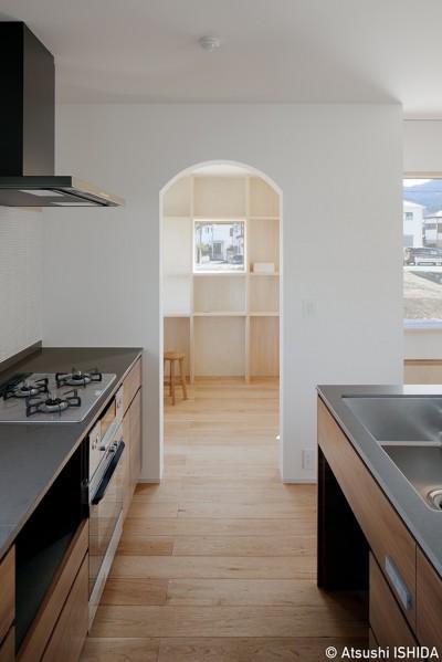 キッチン (6つのテラスとつながる開放的な家)