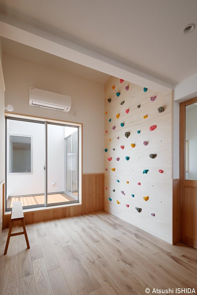 6つのテラスとつながる開放的な家 (子供部屋)