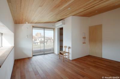 寝室 (6つのテラスとつながる開放的な家)