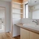 6つのテラスとつながる開放的な家の写真 洗面スペース