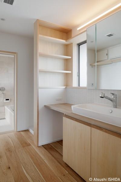 洗面スペース (6つのテラスとつながる開放的な家)