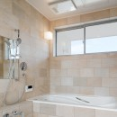 6つのテラスとつながる開放的な家の写真 バスルーム
