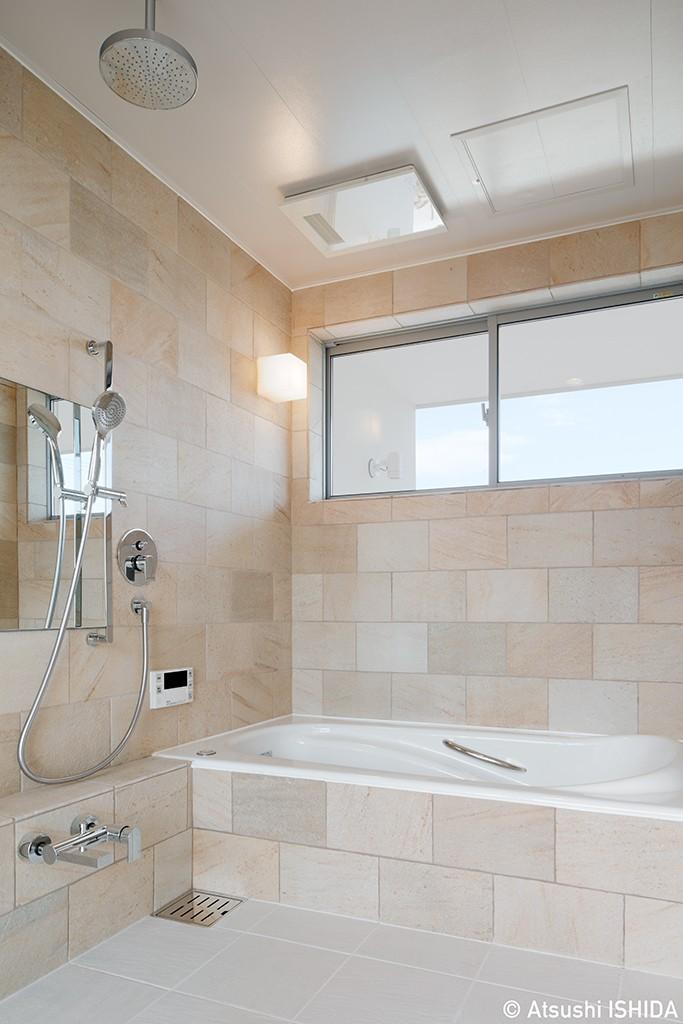 6つのテラスとつながる開放的な家 (バスルーム)