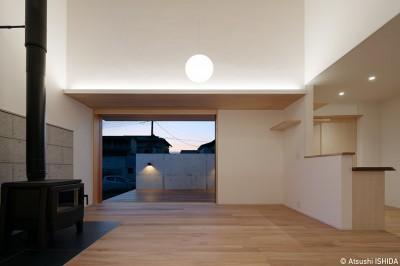 リビング (6つのテラスとつながる開放的な家)