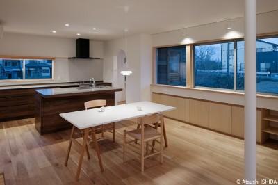 ダイニングキッチン (6つのテラスとつながる開放的な家)