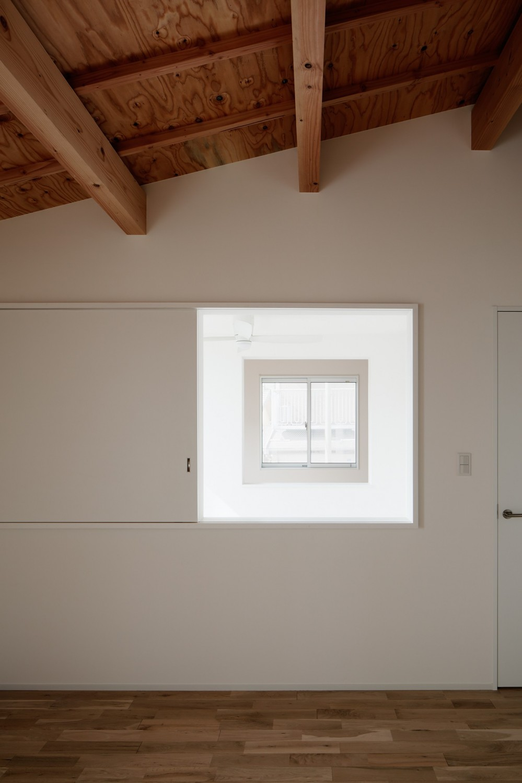 光と風と視線が通りぬける家 (寝室)