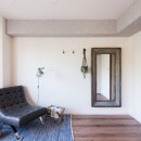 MyRENO JOINT WORK WITH DULTONの写真 アイアンとウッドの枠が空間を引き立てる大型ミラーや窓際のグリーンシェルフで生活に豊かさを。