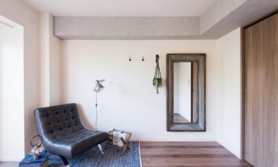 MyRENO JOINT WORK WITH DULTON (アイアンとウッドの枠が空間を引き立てる大型ミラーや窓際のグリーンシェルフで生活に豊かさを。)
