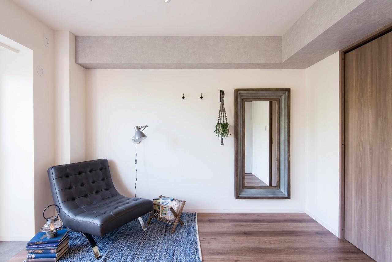 書斎事例:アイアンとウッドの枠が空間を引き立てる大型ミラーや窓際のグリーンシェルフで生活に豊かさを。(MyRENO JOINT WORK WITH DULTON)
