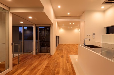 国分中央の住宅 (ダイニングキッチンよりリビング・中庭方向を見る(夜景))