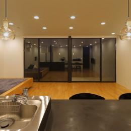 霧島の住宅 (キッチンカウンター越しにリビングを見る(夜景))
