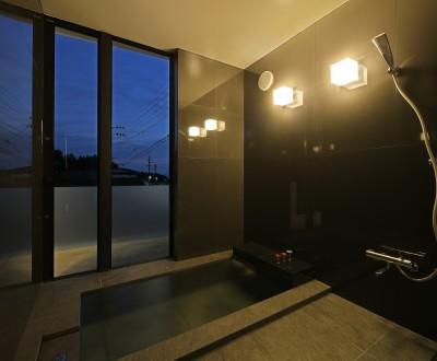 天然温泉の浴室 (霧島の住宅)