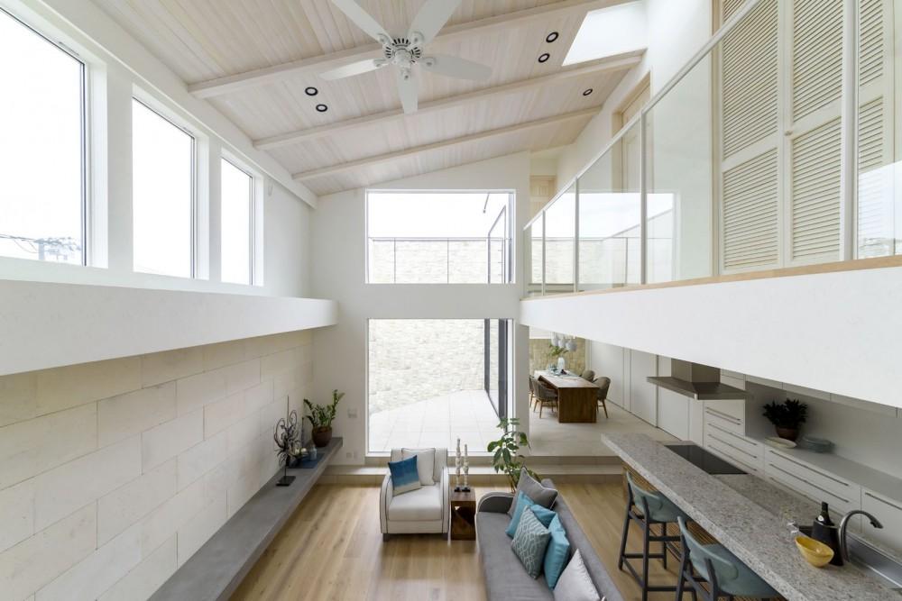開放的な吹き抜け空間のリビングルーム (白く暖かい家)