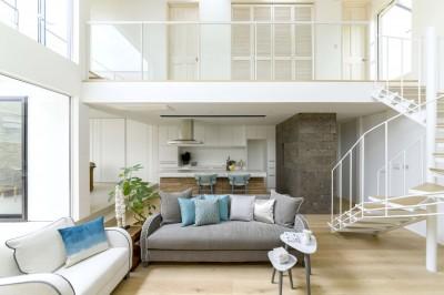 白く暖かい家 (インテリアコーディネートされたリビングルーム)
