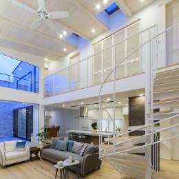 白く暖かい家 (夕刻を楽しむ大開口とトップライト)