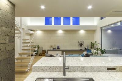 キッチンからの眺め (白く暖かい家)